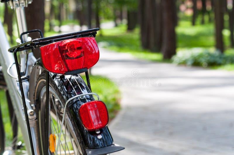 Voyage de vélo en parc image stock