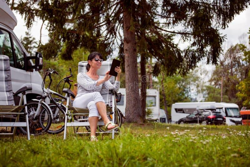 Voyage de vacances de famille, voyage de vacances dans le motorhome rv images stock