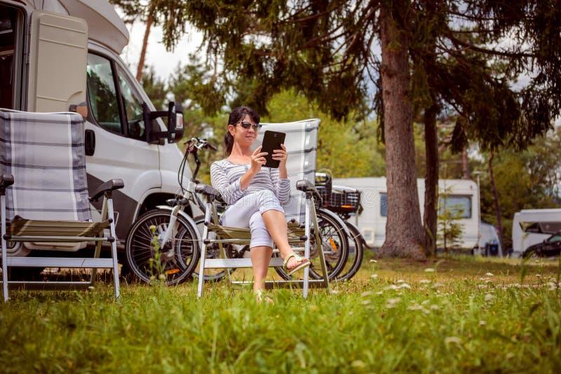 Voyage de vacances de famille, voyage de vacances dans le motorhome rv photo stock