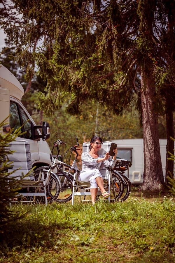 Voyage de vacances de famille, voyage de vacances dans le motorhome rv image stock