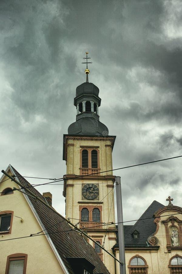 Voyage de ville de nuages d'obscurité, l'espace pour le texte, vieille église, seckenheim de Mannheim d'architecture photo libre de droits