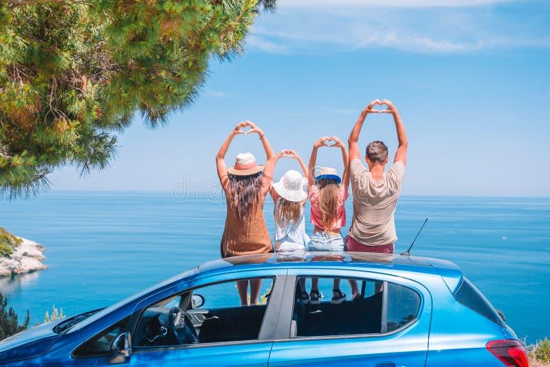 Voyage de voiture d'été et jeune famille des vacances photographie stock libre de droits
