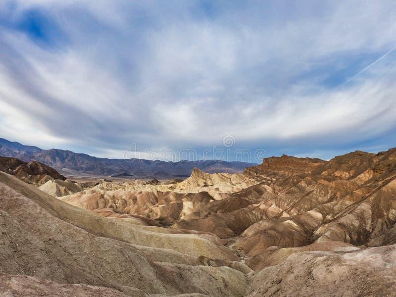 Voyage en Amérique occidentale, désert de Death Valley et vues rouges de roches avec le ciel bleu images stock