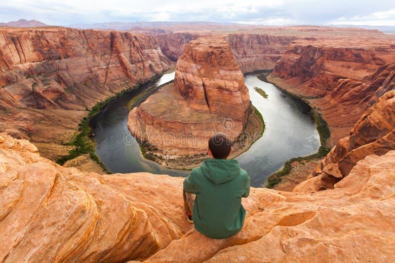 Voyage en canyon en fer à cheval de courbure, randonneur d'homme appréciant la vue, Arizona, Etats-Unis photo libre de droits