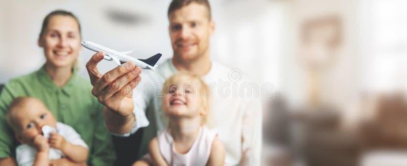 Voyage en famille - parents avec enfants rêvant de leurs prochaines vacances image stock