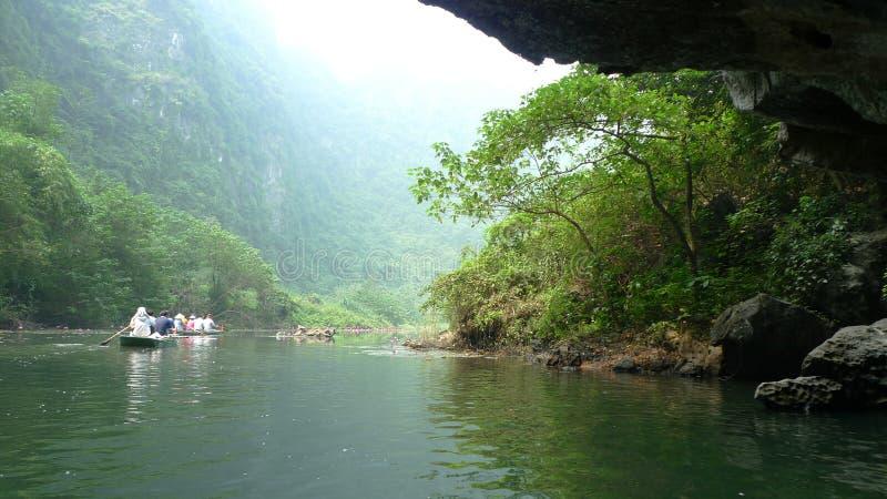 Voyage en le petit bateau en rivière bleue images stock
