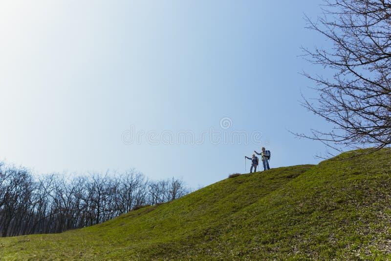Voyage et tourisme Couples de famille appréciant la promenade ensemble image libre de droits