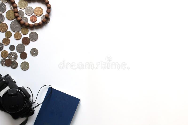 Voyage et vacances en Europe ou ? l'?tranger Passeports, caméra et pièce de monnaie étrangers de divers pays et de dénominations  photographie stock libre de droits