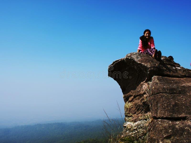 Voyage jusqu'au dessus de la montagne photos libres de droits
