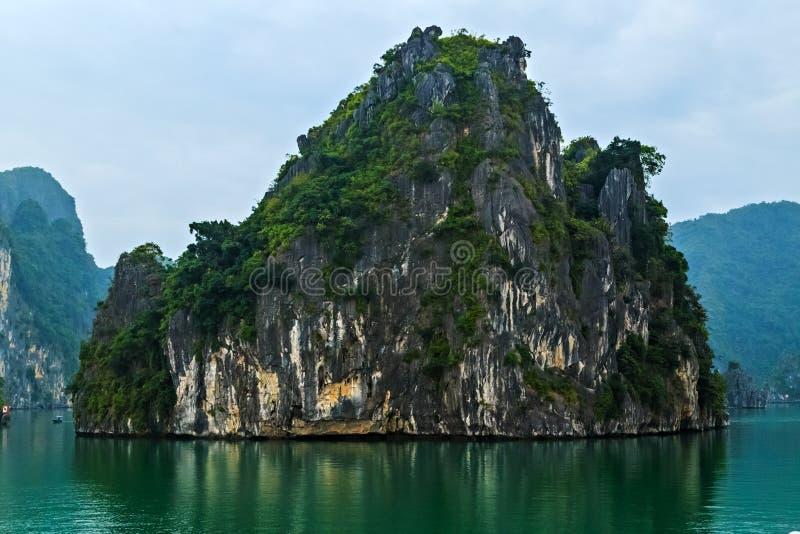 Voyage long de paysage du Vietnam, mer de Cruse de baie d'ha image libre de droits