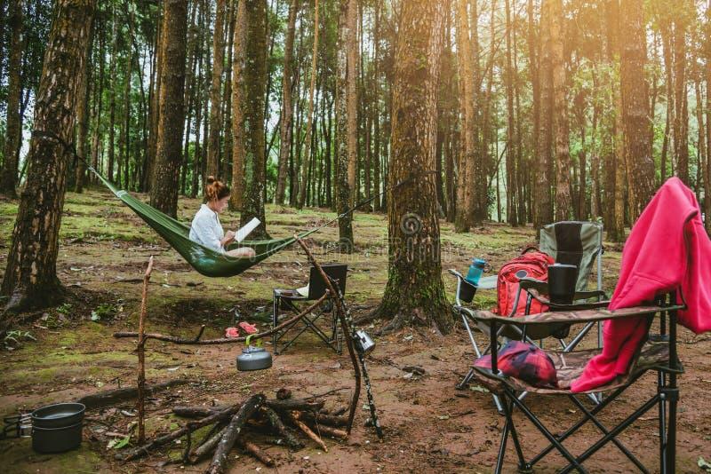 Voyage naturel de femmes asiatiques d?tendre pendant les vacances se reposer lisant un livre dans l'hamac camper sur l'inthanon d photographie stock