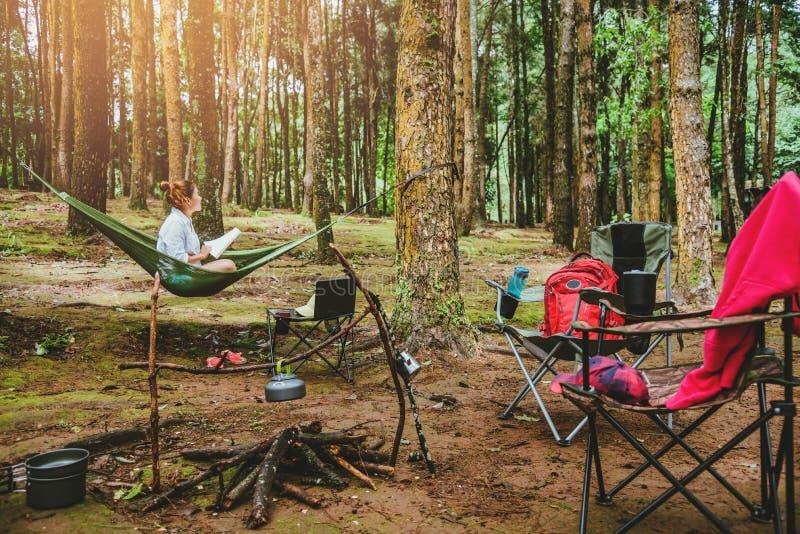 Voyage naturel de femmes asiatiques d?tendre pendant les vacances se reposer lisant un livre dans l'hamac camper sur l'inthanon d photos stock