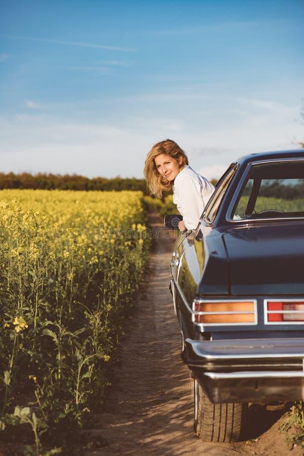 Voyage par la route Conducteur femelle dans la voiture de muscle sur le voyage photo libre de droits