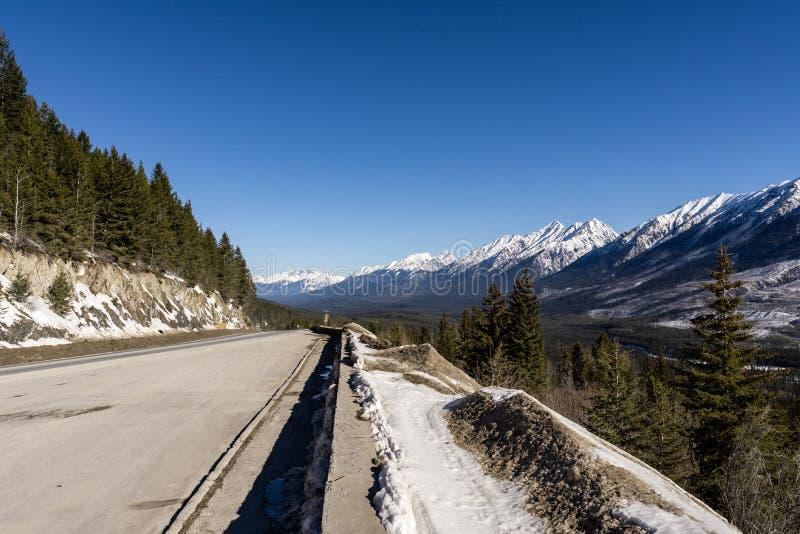 Voyage par la route dans Rocky Mountains sur banff au point de vue de vallée de Kootenay de route de windermere photo libre de droits