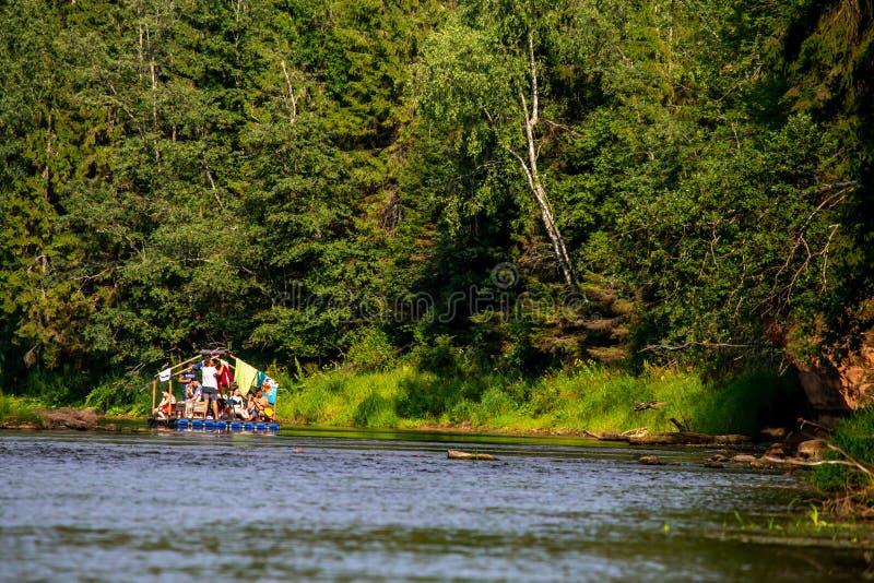 Voyage par le radeau sur la rivière pendant l'été photographie stock libre de droits