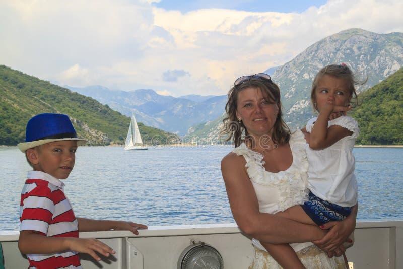 voyage passionnant avec des enfants m?re heureuse avec son fils et DA images libres de droits