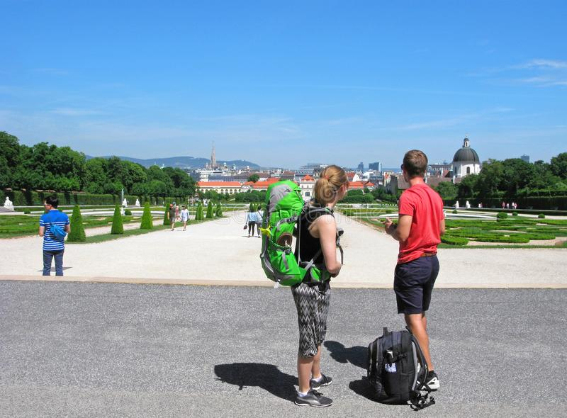 Voyage, randonneurs, l'Europe, Vienne, jeune couple image stock