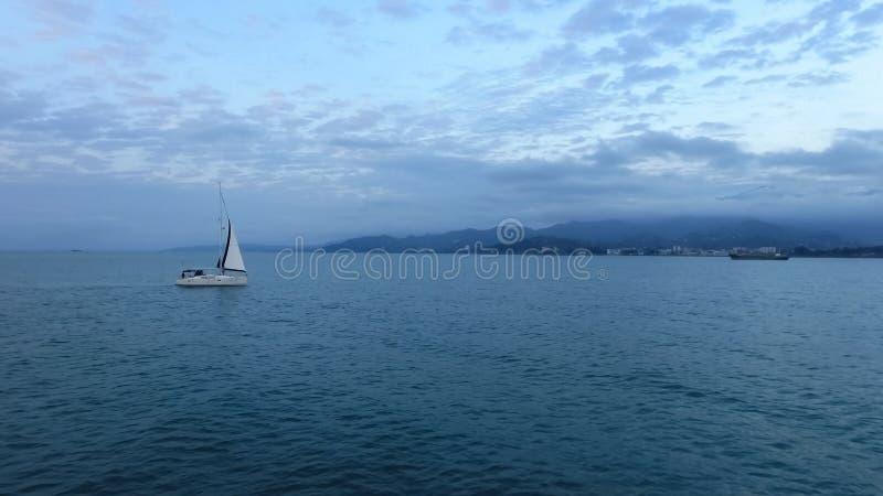 Voyage romantique sur le bateau ? voile, navire de transport de vent dans le cloudscape lumineux photo stock