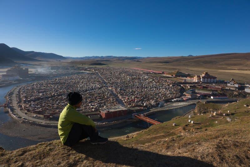 Voyage se reposant sur le point de vue de monastère d'orphie de Yarchen au mornin photos libres de droits