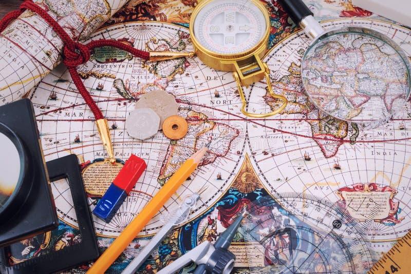 Voyage, vacances de voyage, moquerie de tourisme vers le haut de plan rapproché sur la carte de vintage images libres de droits