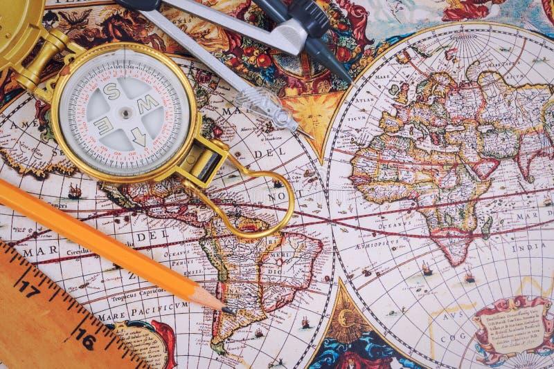 Voyage, vacances de voyage, moquerie de tourisme vers le haut de plan rapproché sur la carte de vintage image stock
