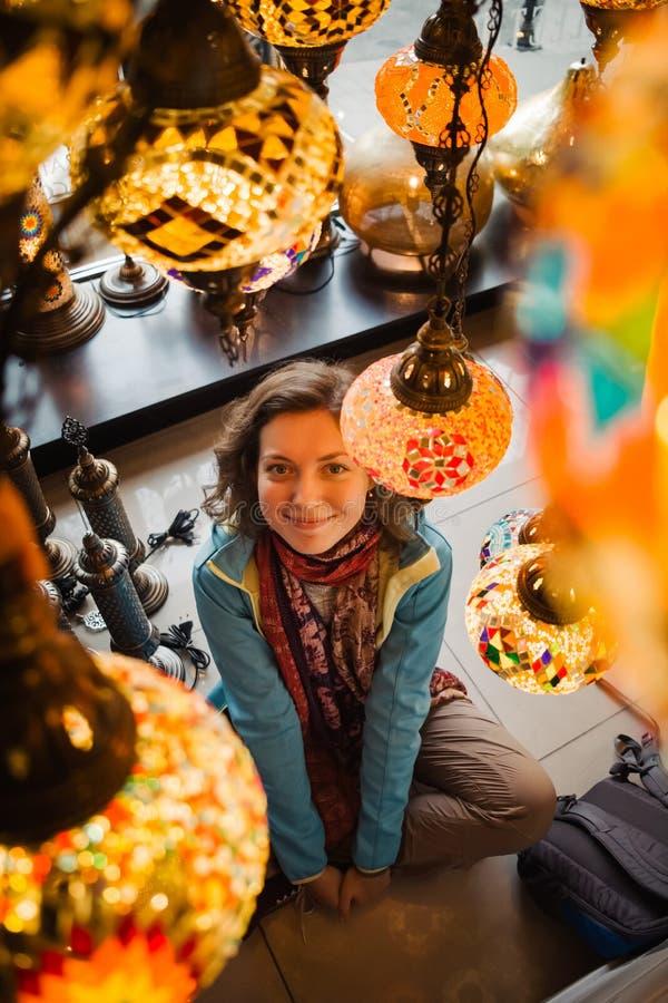 Voyage vers la Turquie La femme voient sur la lampe légère traditionnelle photos stock