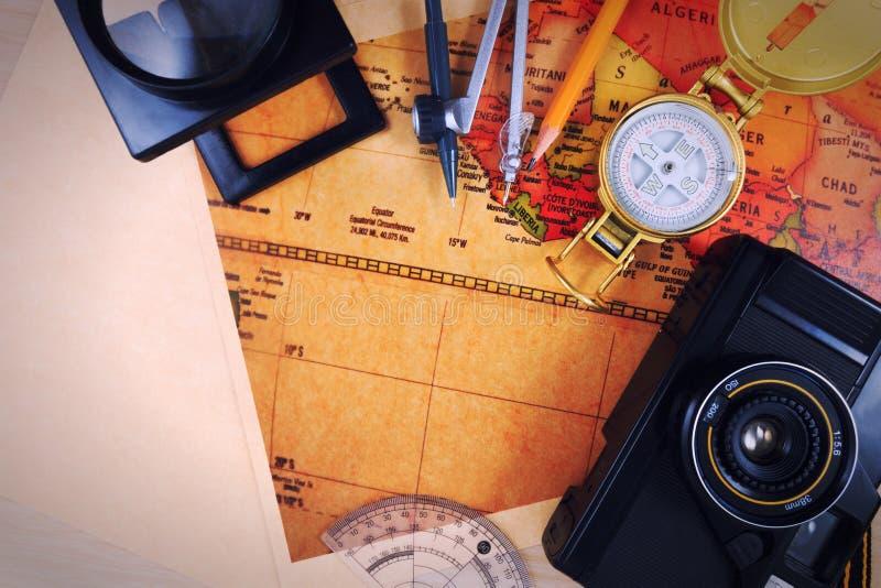 Voyage, voyage, vacances de voyage, moquerie de tourisme vers le haut de plan rapproché sur la carte de vintage photos libres de droits