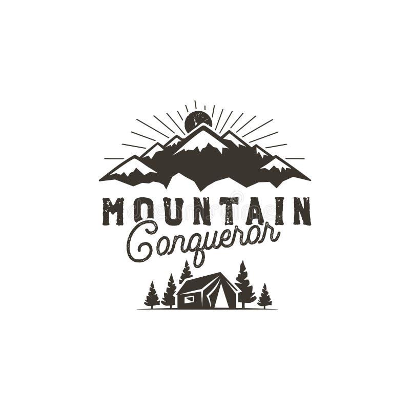 Voyageant, insigne extérieur Emblème de camp de scout Conception monochrome tirée par la main de vintage Citation de conquérant d illustration de vecteur