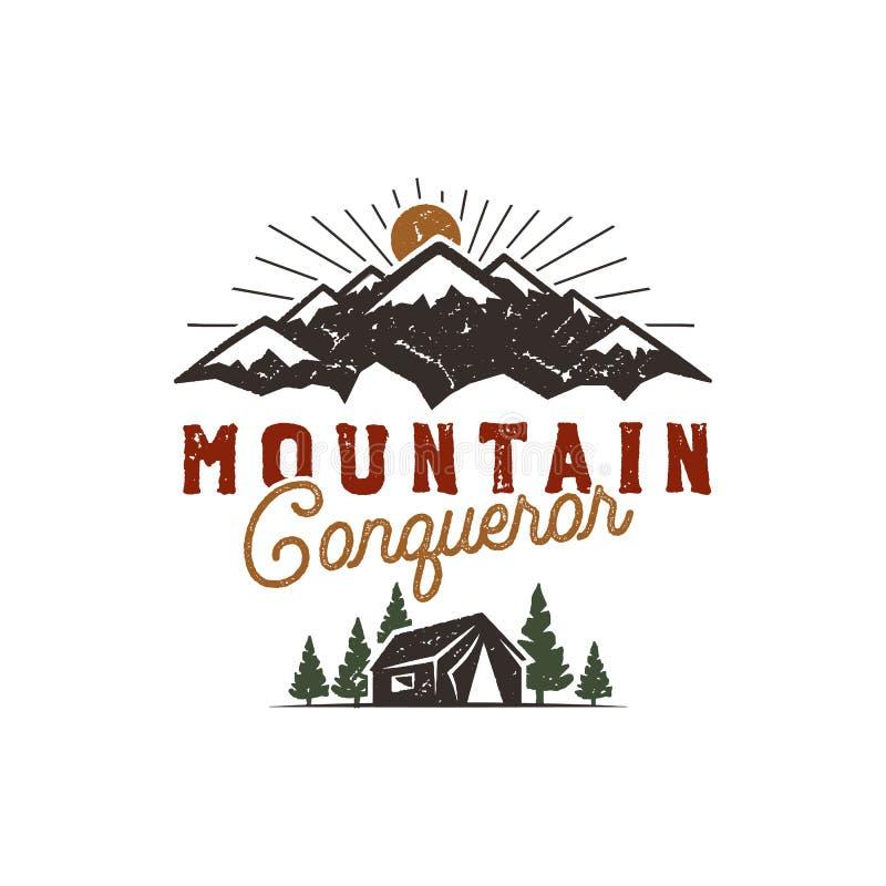 Voyageant, insigne extérieur Emblème de camp de scout Conception tirée par la main de vintage Citation de conquérant de montagne  illustration stock