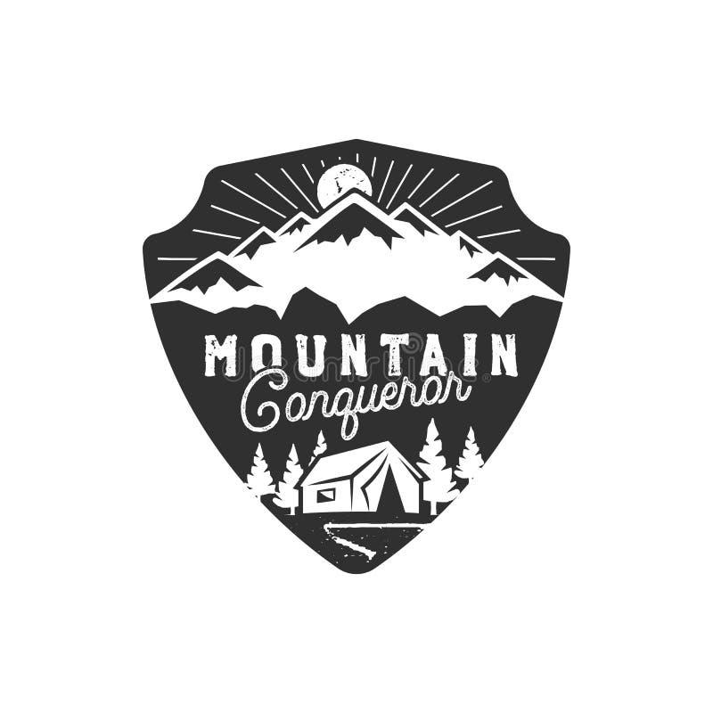 Voyageant, insigne extérieur Emblème de conquérant de montagne Conception tirée par la main de vintage Palette monochrome Vecteur illustration libre de droits