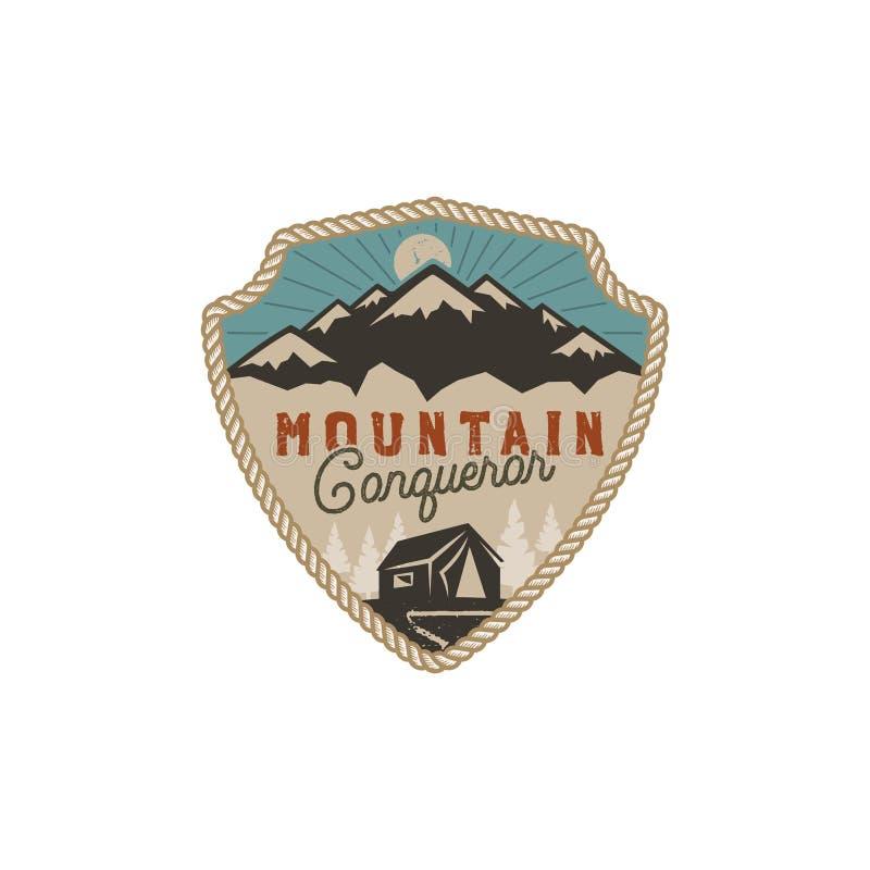 Voyageant, insigne extérieur Emblème de conquérant de montagne Conception tirée par la main de vintage Rétro palette de couleurs  illustration de vecteur