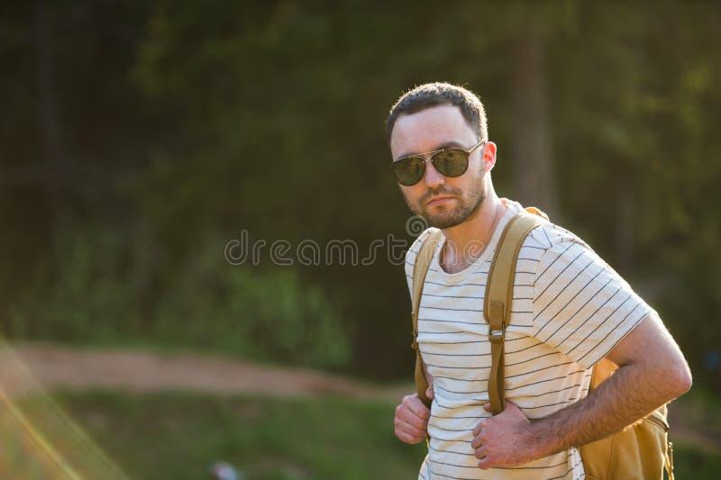 Voyagent, le tourisme, l'aventure, la hausse et le concept de personnes - homme barbu avec le sac à dos augmentant dans la forêt  photos stock