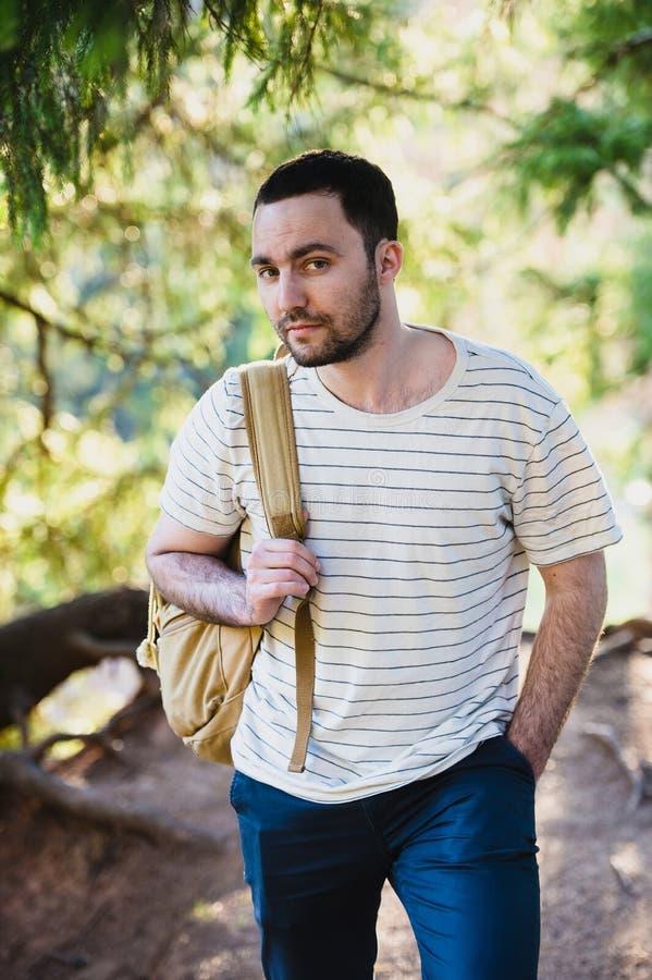 Voyagent, le tourisme, l'aventure, la hausse et le concept de personnes - homme barbu avec le sac à dos augmentant dans la forêt  images libres de droits