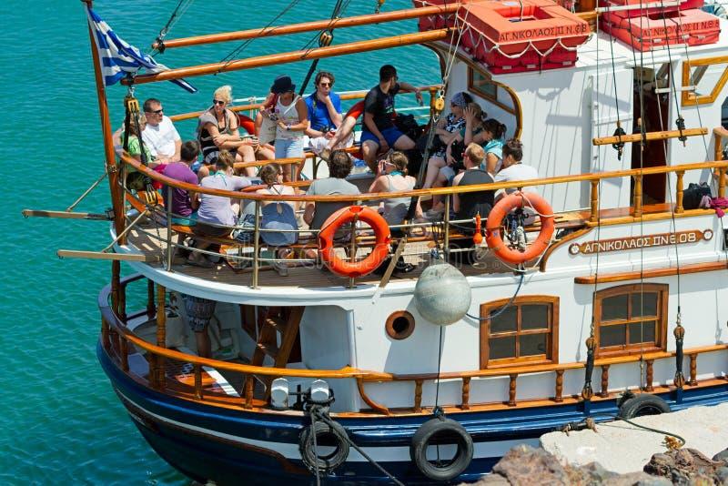 Voyages de bateau de touristes pour faire court, Santorini photographie stock