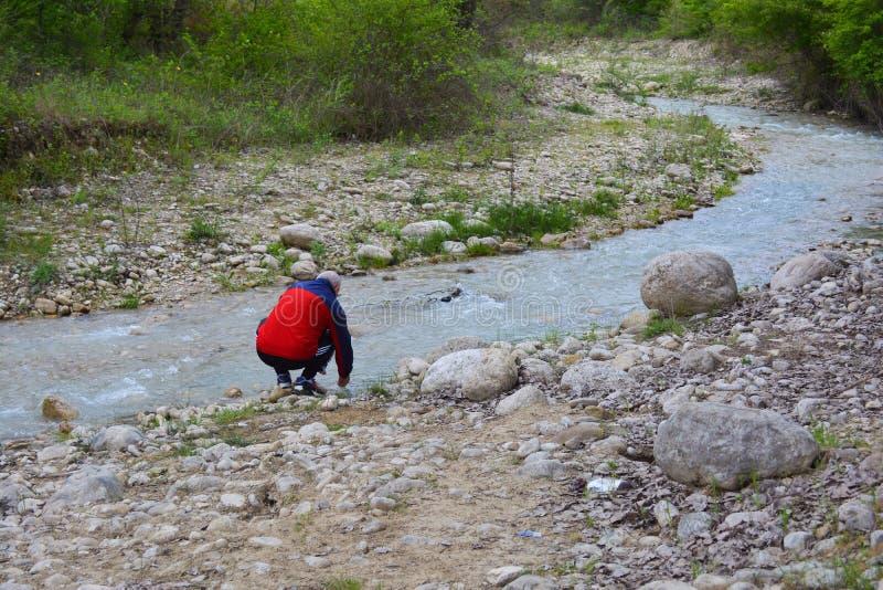 Voyageur à la rivière, rivière de montagne photo stock