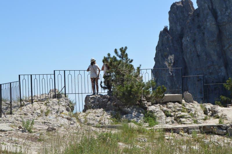 Voyageur attirant de fille de hippie dans un chapeau élégant étudiant sur une montagne, le concept du voyage, envie de voyager image stock