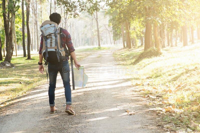 Voyageur avec la détente de sac à dos extérieure photographie stock