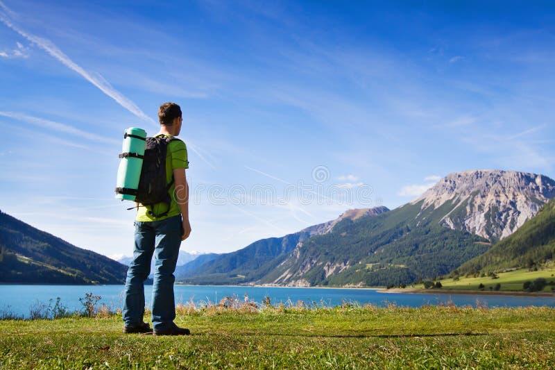 Voyageur avec le sac à dos, augmentant photographie stock