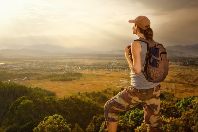 Voyageur avec le sac à dos détendant sur la montagne et apprécier image libre de droits