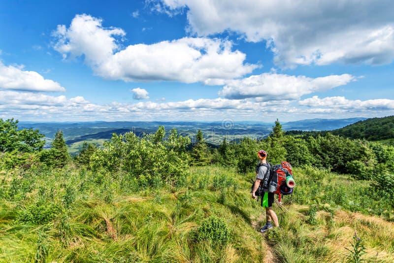 Voyageur avec un sac ? dos Paysage de montagne avec de beaux nuages l'ukraine carpathiens courses Hausse photos stock