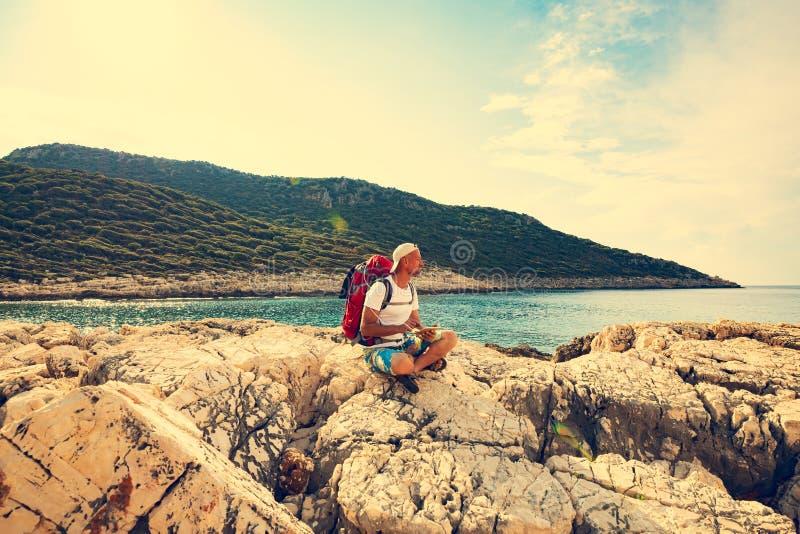 Voyageur avec une batterie solaire portative fix images stock