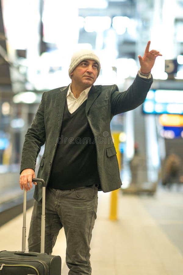 Voyageur caucasien appelant un taxi avec le geste de main images libres de droits