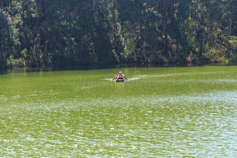 Voyageur détendant sur le radeau en bambou dans le lac de brigt photos stock