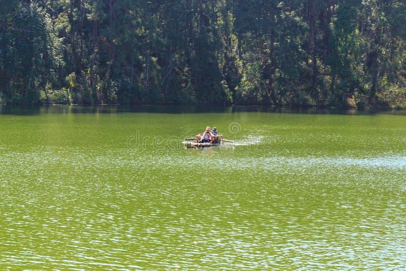 Voyageur détendant sur le radeau en bambou dans le lac de brigt photographie stock