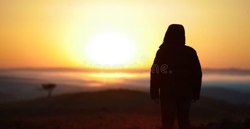 Voyageur d'homme au soleil de lever de soleil image stock