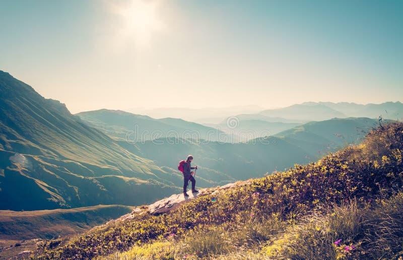 Voyageur d'homme avec le mode de vie de voyage de trekking de sac à dos photos stock