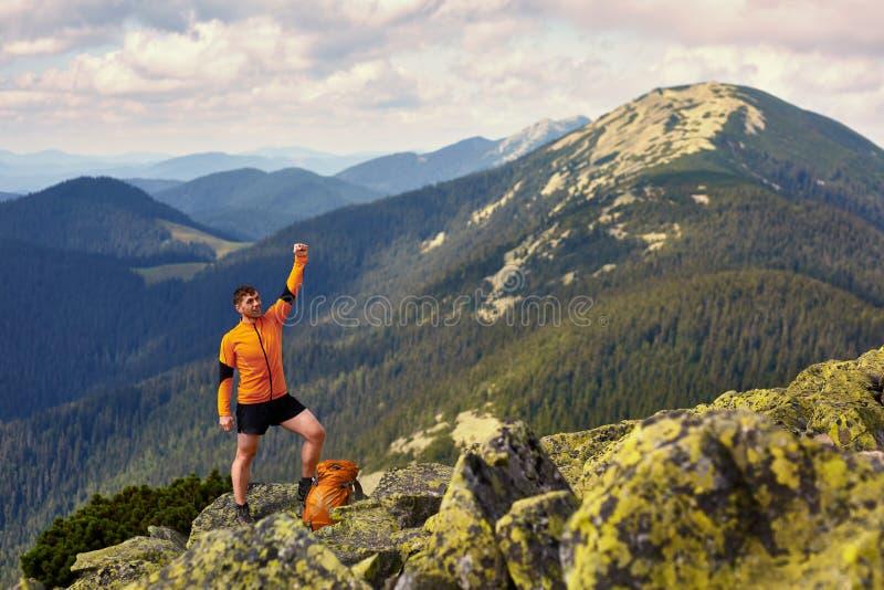 Voyageur d'homme avec le sac à dos augmentant des vacances d'été actives d'aventure de concept de mode de vie de voyage extérieur images libres de droits