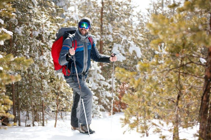 Voyageur d'homme avec le sac à dos augmentant l'escroquerie d'aventure de mode de vie de voyage photographie stock libre de droits