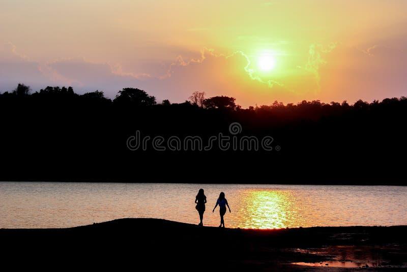 Voyageur dans la vue de paysage du coucher du soleil photos libres de droits