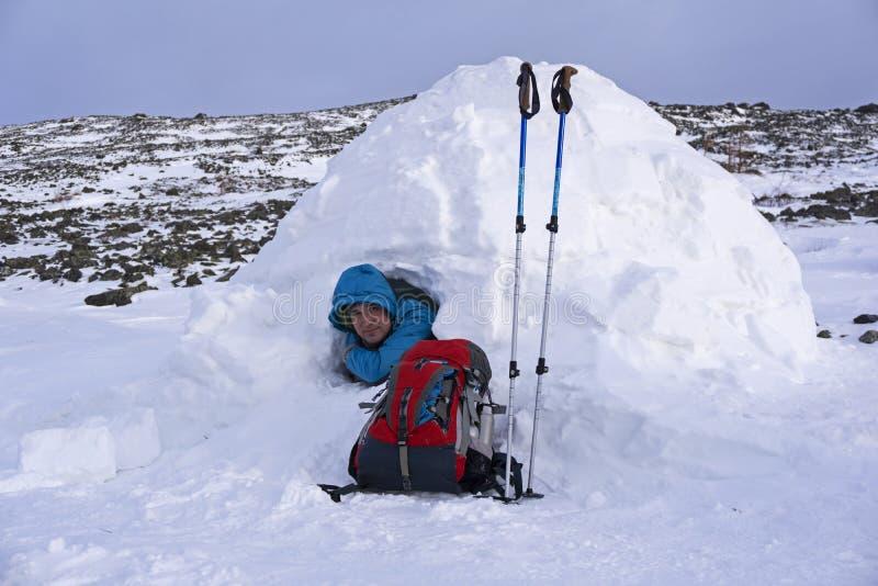 Voyageur dans un igloo neigeux de maison photographie stock libre de droits
